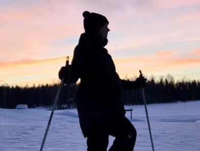 Saara Hanhela lumikengät jalassa auringonlaskussa